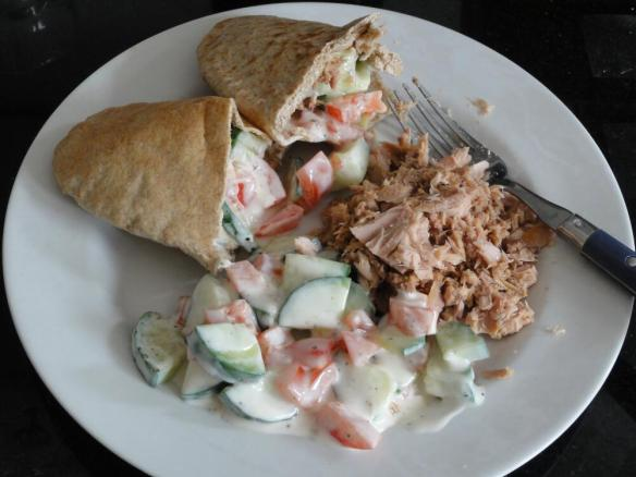 Tuna with tomato and cucumber yogurt pitta